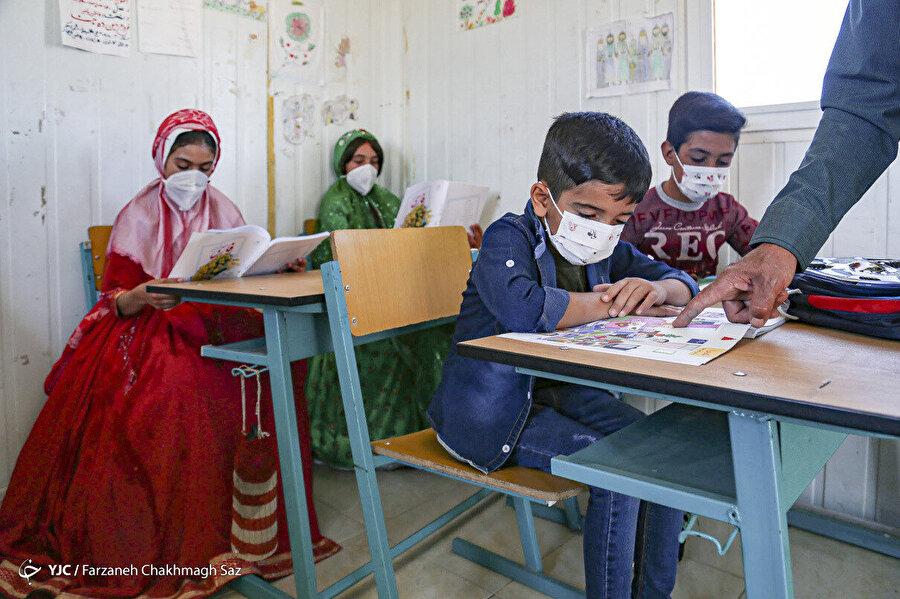İran'da göçmenlere hizmet veren mobil okullar.