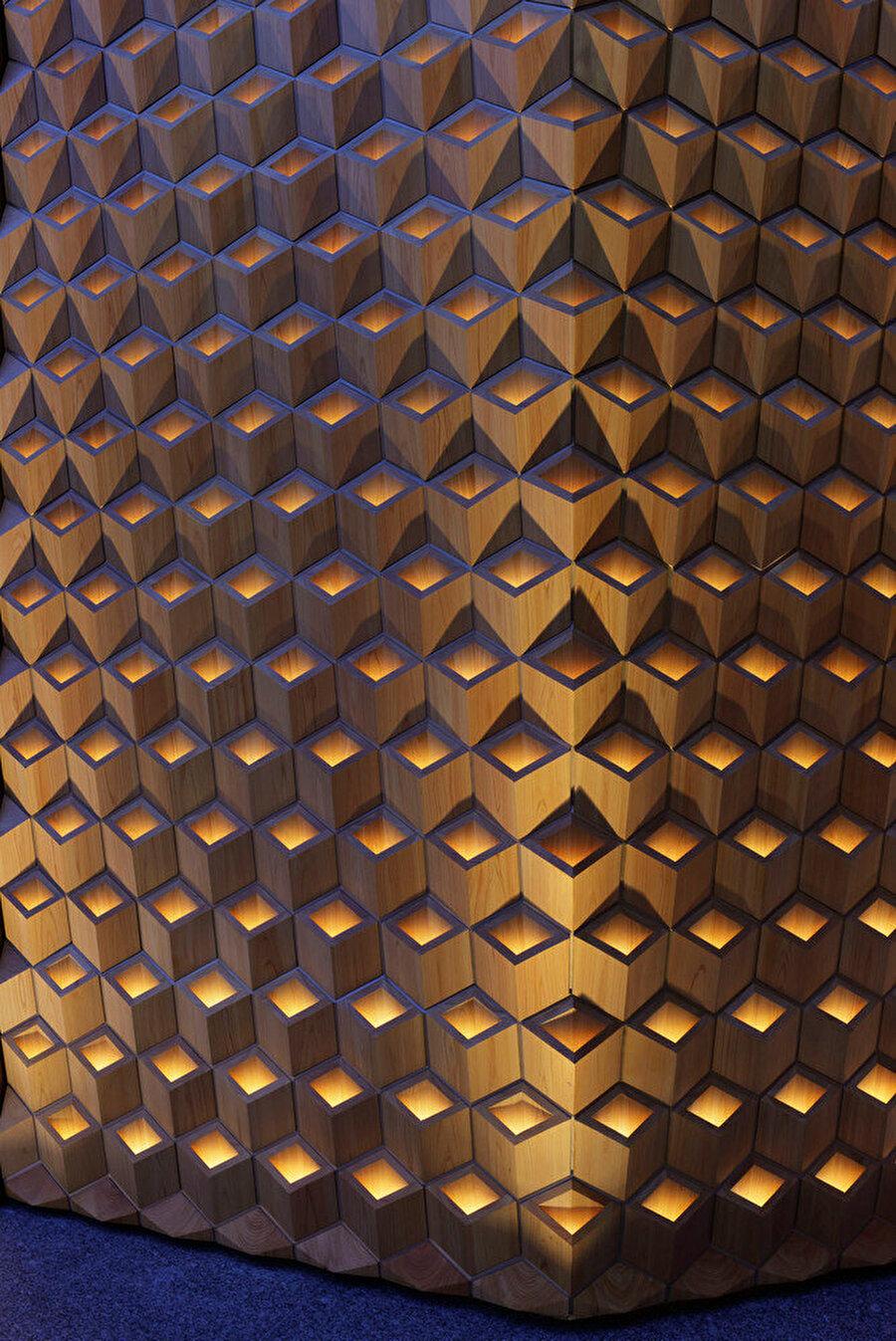 Aydınlatma cephenin geometrik yapısını vurguluyor.