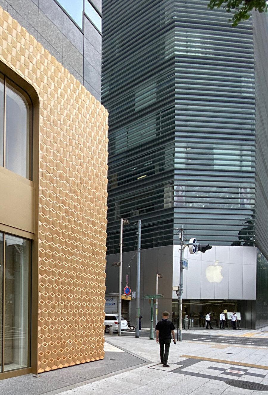 Cartier, metal ve cam ağırlıklı cepheler arasında doğal rengi ile kendini gösteriyor.