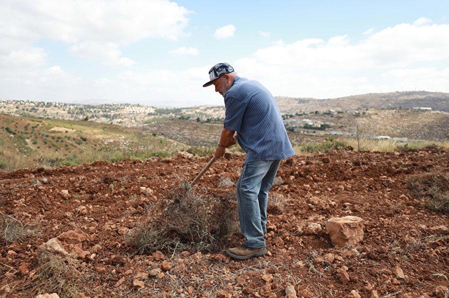 Yahudi yerleşimci çoban tarafından yeni bir tehditle karşı karşıya olduklarını düşünen Filistinli çiftçi Ayide.