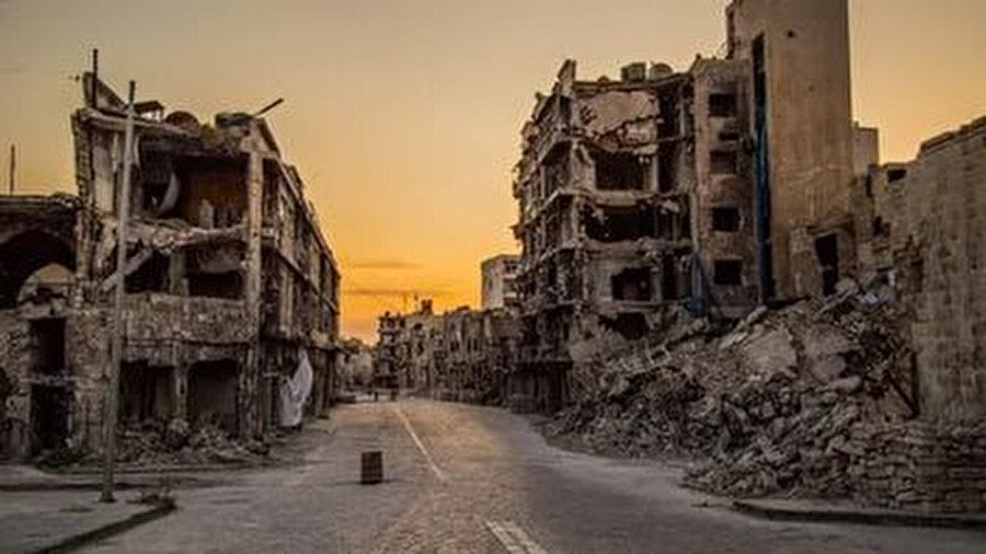 Hafız ve Beşar Esad rejiminin hedeflediği de tam olarak buydu. Hâlis niyetli, aktif ve ülkenin daha iyiye gitmesi için motive olmuş Suriyeli gençleri bezdirip etkisiz hâle getirmek, ülke sorunlarına duyarlı vatandaşlar olmaktan vazgeçirip dönüştürmek.