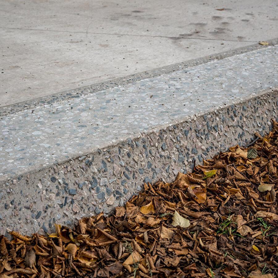 Yürüyüş yolunun kenarlarındaki dokulu agrega taşları.