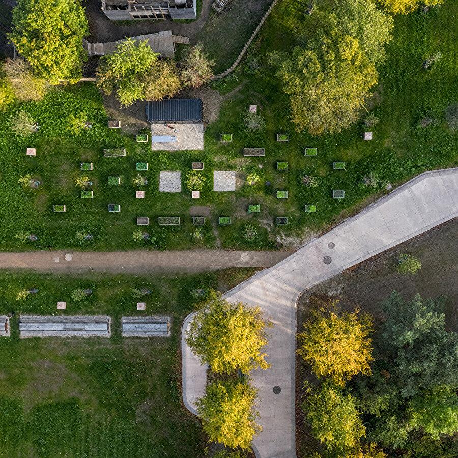 Park içerisinde farklı işlevlerde alanlar oluşturuluyor ve insanlar arasındaki etkileşimin artırılması hedefleniyor.