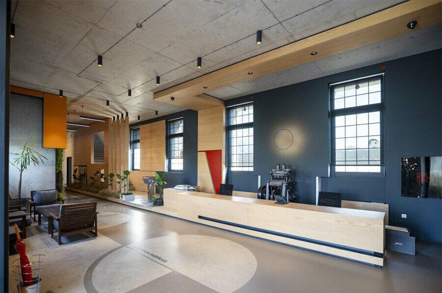 Yeniden işlevlendirilen yapıda, sabun fabrikasını anımsatacak pek çok öğe bulunuyor.