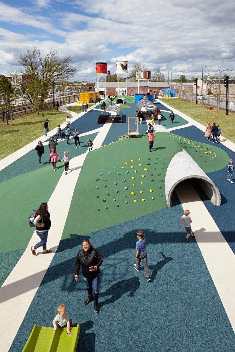 Yürüyüş yolları, zemin renkleri ve rampalar parka hareketlilik katıyor.