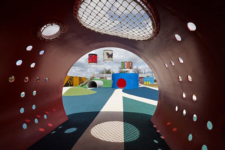 Çocuklar için tasarlanan park alanında dinamik renkler kullanılıyor.