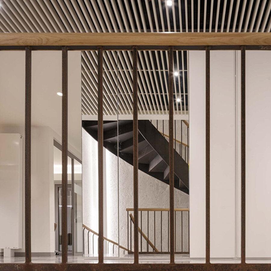 Katlar arası sirkülasyon kavisli çelik bir merdiven ile sağlanıyor.