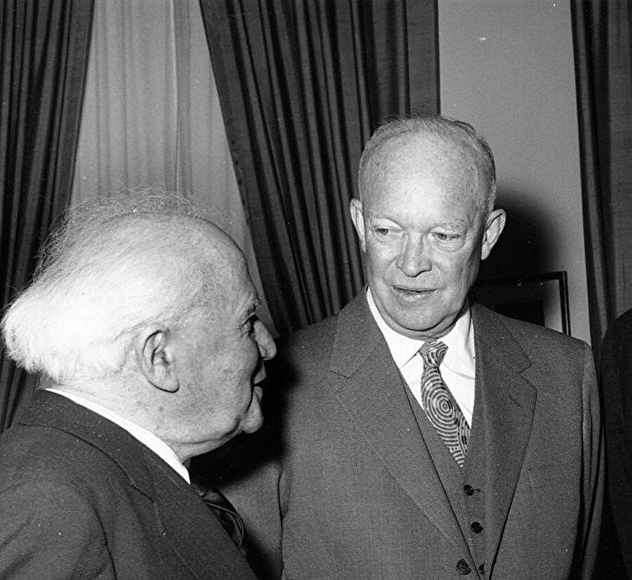 Solda İsrail Başbakanı David Ben Gurion, sağda ABD Başkanı Dwight D. Eisenhower.