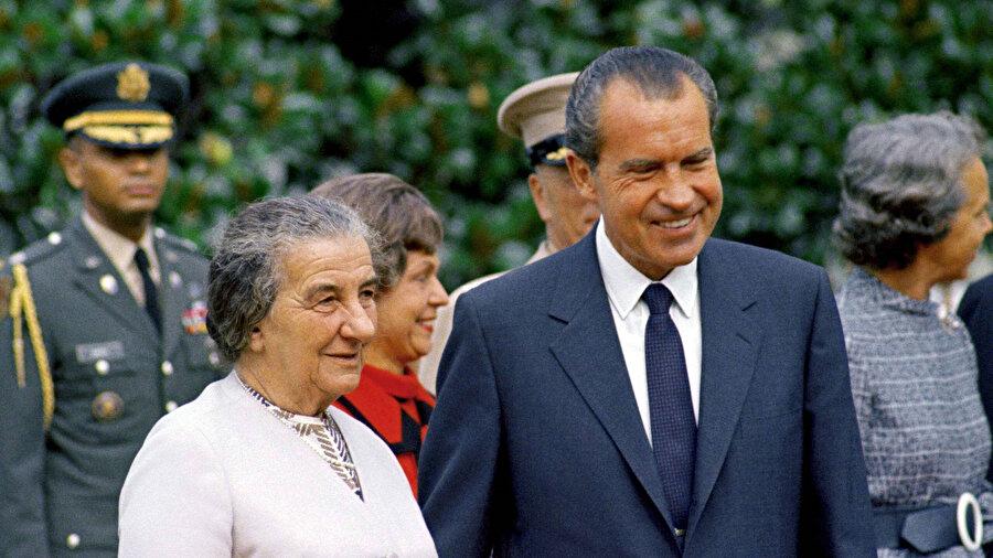 Solda İsrail Başbakanı Golda Meir, sağda ABD Başkanı Richard Nixon.