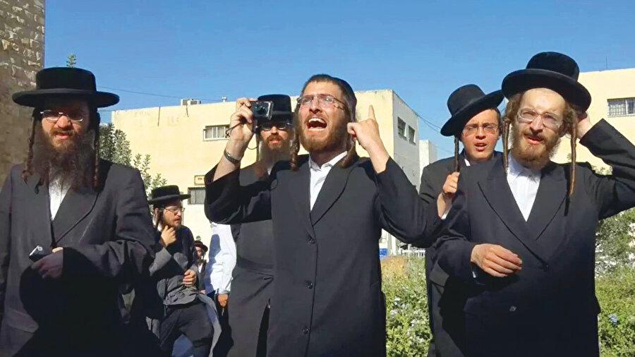 İroniye bakın ki, Yahudilik ortak paydasında birleşenlerin oluşturduğu din devleti İsrail'de en büyük Yahudi grubunu seküler kesim oluşturuyor.