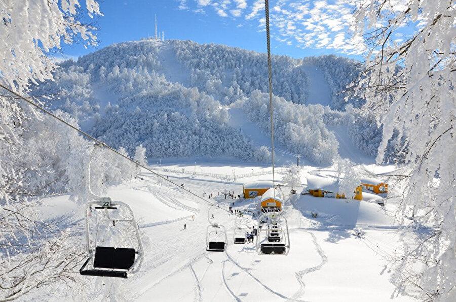 Kartepe Kayak Merkezi, İzmit Körfezi ile Sapanca Gölü'ne bakan dağın zirvesinde yer alıyor.