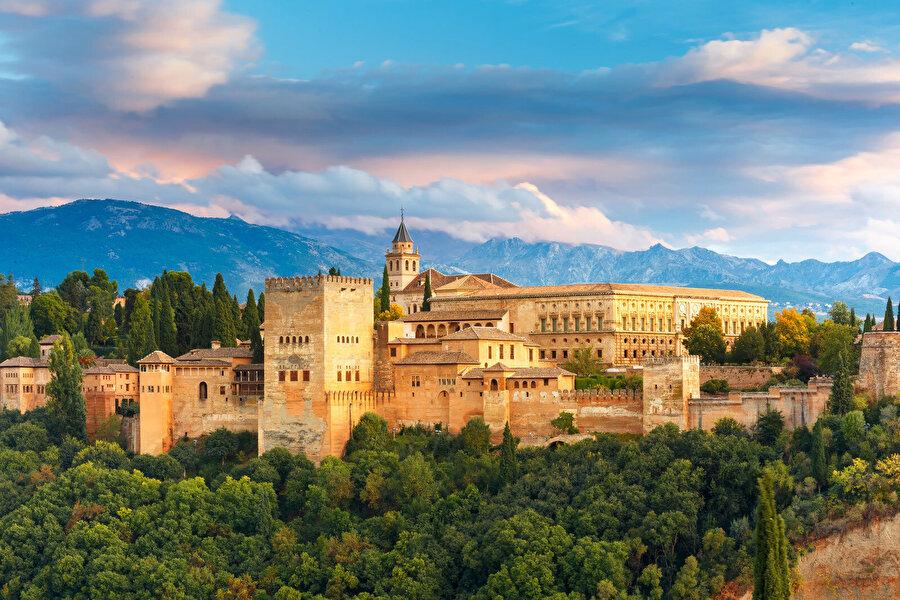 Elhamra'nın aradan geçen yüzlerce yıla rağmen kendini muhafaza eden ihtişamlı duruşu, İspanya'daki Müslüman tarihine bir işaret niteliğinde.