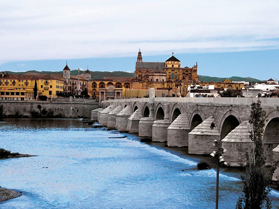Vâdî el Kebîr Nehri üzerindeki tarihî köprüyle arka planda Kurtuba Ulucamii.