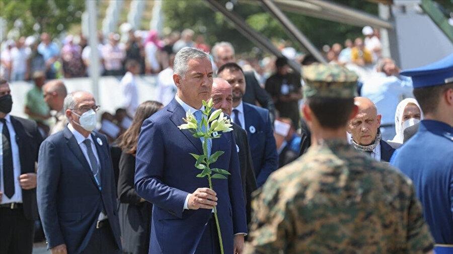 Cenaze törenine Bosna Hersek devlet yetkililerinin yanı sıra ülkedeki diplomatik misyon şefleri ile kurban yakınları katıldı.
