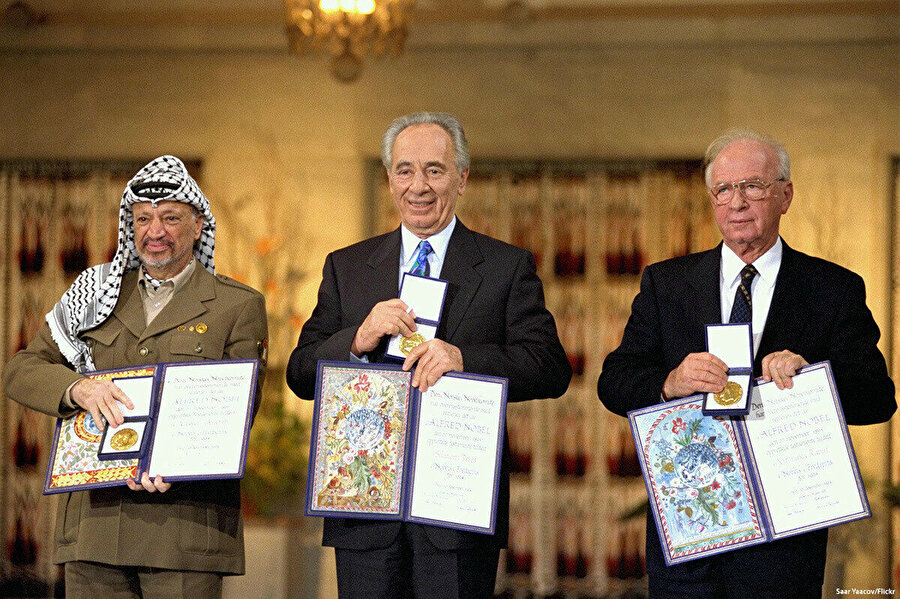 1993 Oslo Görüşmeleri. 1993 Eylül'ünde imzalanan, Filistinliler için Batı Şeria ve Gazze Şeridi'nde özerk yönetim kurulmasını sağlayan Oslo Anlaşması'nın üzerinden 28 yıl geçti. İsrail ile Filistin üst düzey temsilcilerinin ilk kez yüz yüze görüşmesi olarak tarihe geçen Oslo Anlaşması'na rağmen Filistin sorunu hala çözülemediği gibi işgal de büyük bir hızla devam ediyor.
