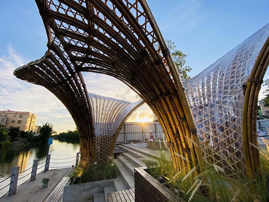 Minimal sütunlardan oluşan strüktür; güneş, rüzgar ve yağmurdan korunmayı sağlayan bir mekan oluşturuyor.