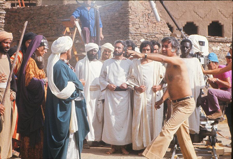Mekke müşriklerini canlandıran oyuncular ve Mustafa Akkad.