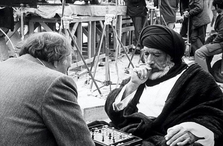Anthony Quinn, filmin senaristi H. A. L. Craig'le satranç oynuyor.