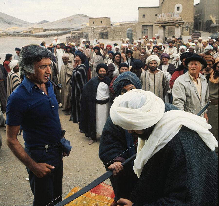 Filmin Arapça versiyonunda, Ebû Cehl'in tokatlanma sahnesinde, Akkad oyuncuları yönlendirirken.