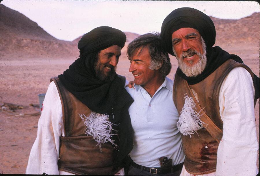 Akkad, filmin Arapça ve İngilizce nüshalarında Hz. Hamza'yı oynayan Abdullah el Gays ve Anthony Quinn'le.