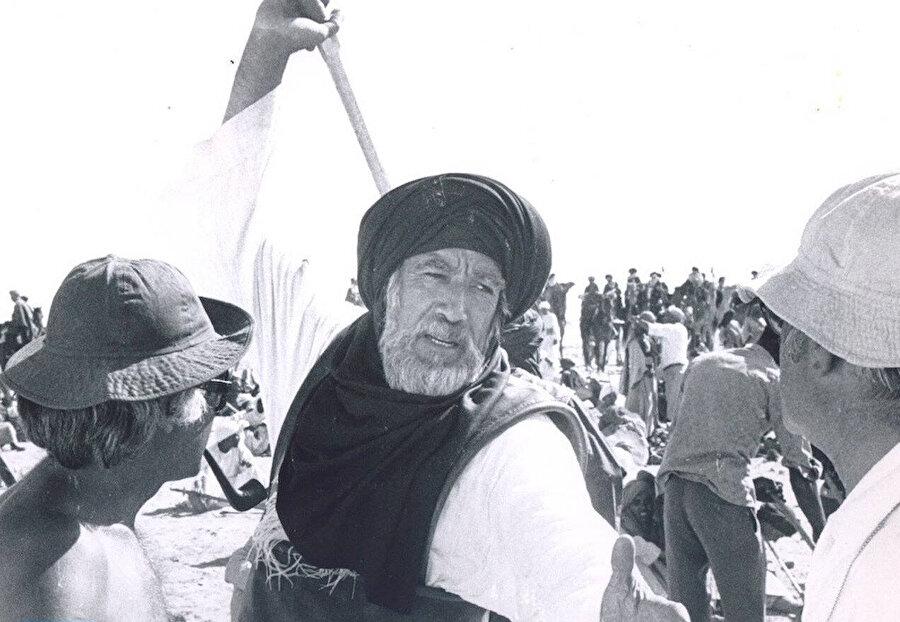 Akkad, Uhud Savaşı sahnesinde, Hz.Hamza'yı canlandıran A. Quinn'e taktik verirken.