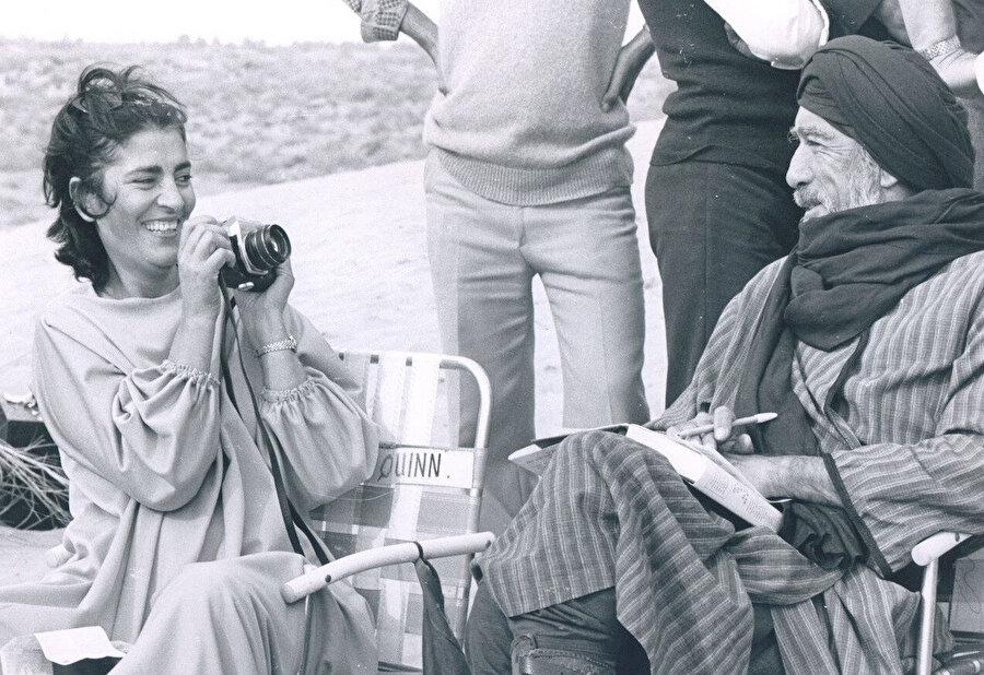 Irene Papas ve Anthony Quinn, Uhud Savaşı sahnelerinin çekim aralarında şakalaşırken.