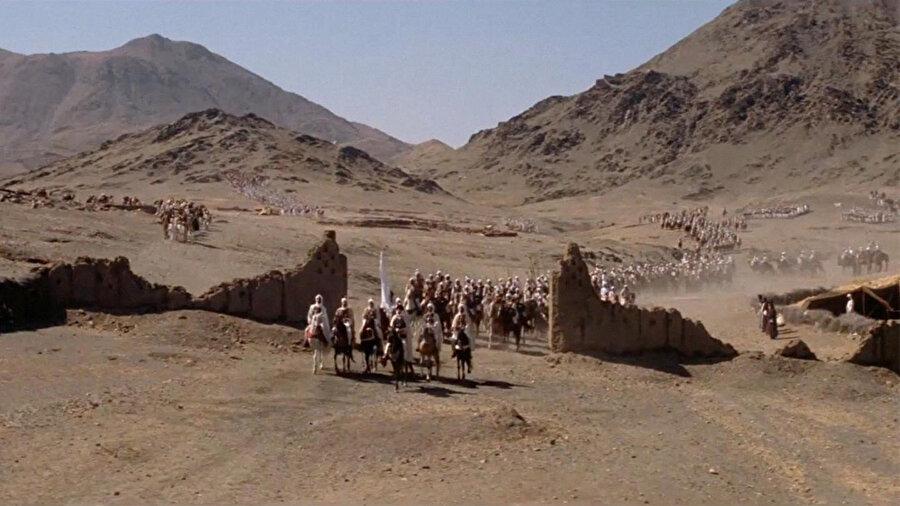 Filmin en meşhur sahnelerinden: Müslümanlar, Mekke'ye giriyor.