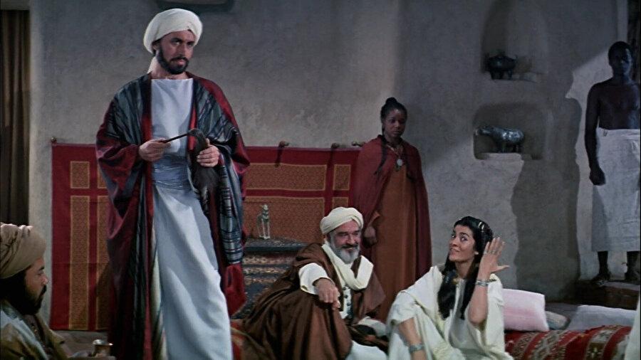 Filmin meşhur sahnelerinden birinde, Mekke müşrikleri.