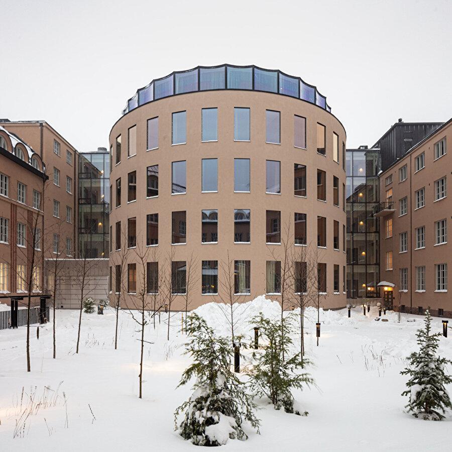 Yapının kıvrımlı formu, daha fazla odanın inşa edilebilmesine olanak sağlıyor.