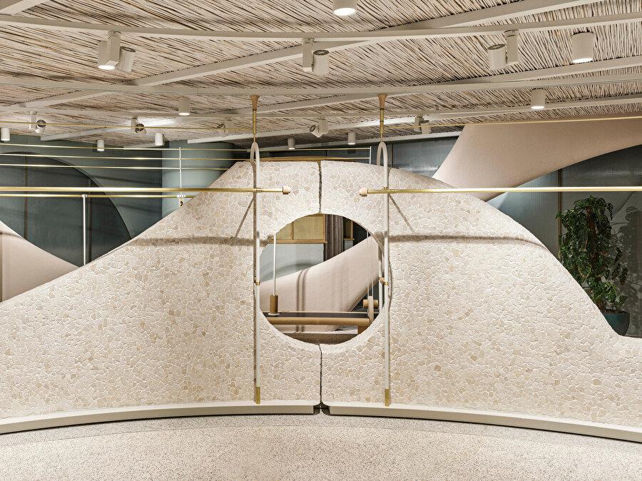 Showroom alanlarında, iç katmanı oluşturan hareketli paneller arasındaki boşluklar tasarımcılara mekana dair farklı perspektifler sunuyor.
