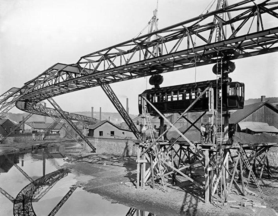 1900 yılında inşa edilirken çekilen bir fotoğraf.