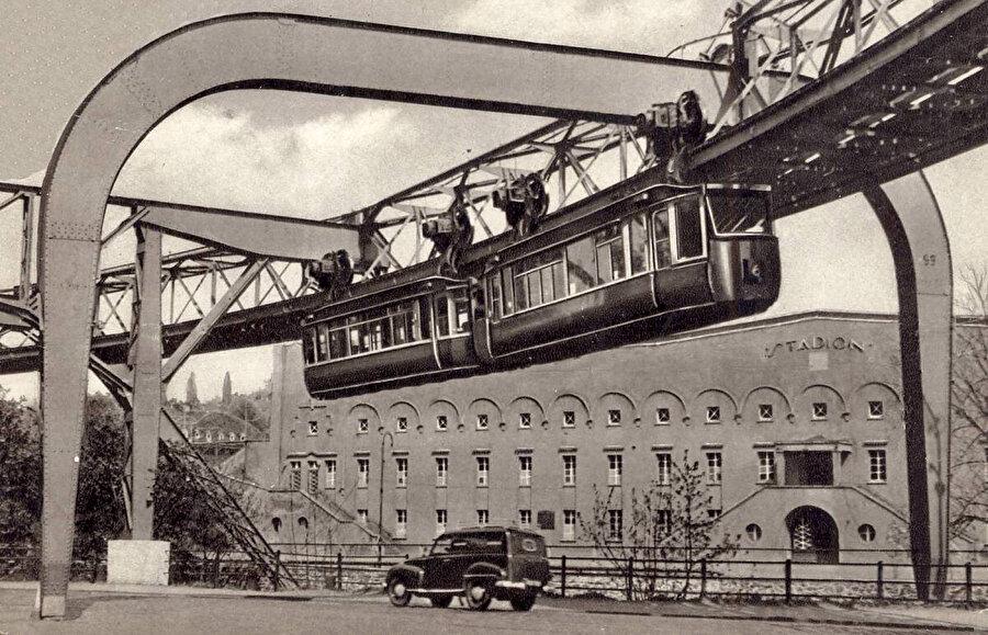 20. yüzyılın başlarında çekilmiş bu fotoğrafta, vagonların arabalarla olan ölçek ilişkisi görülüyor.