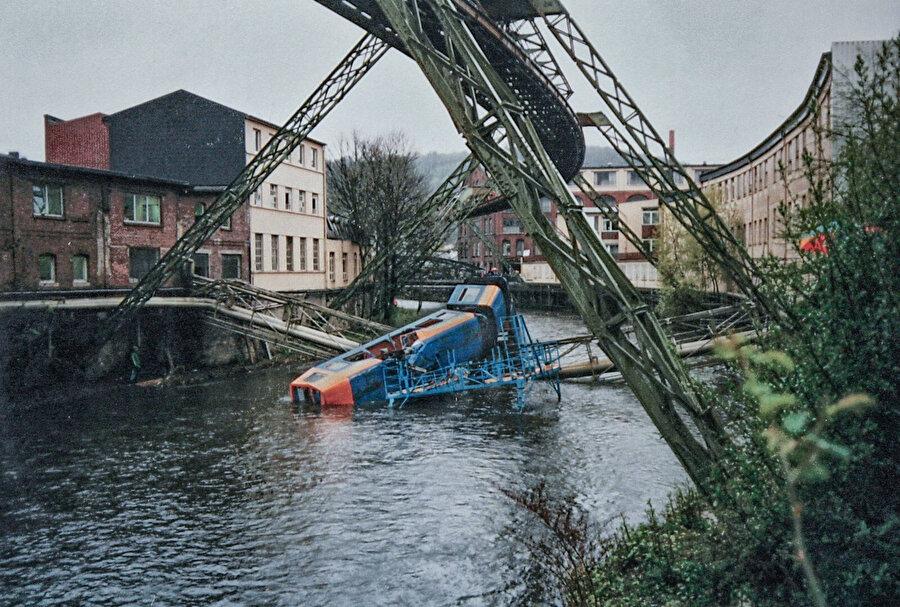 Wuppertal Demir Yolu'nun 1999 yılında geçirdiği kazadan bir fotoğraf.