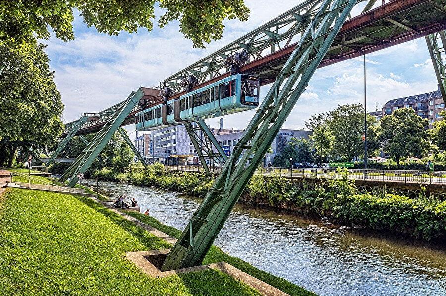 Wuppertal Demir Yolu hat boyunca kullanıcılarına ilgi çekici şehir manzaraları da sunuyor.