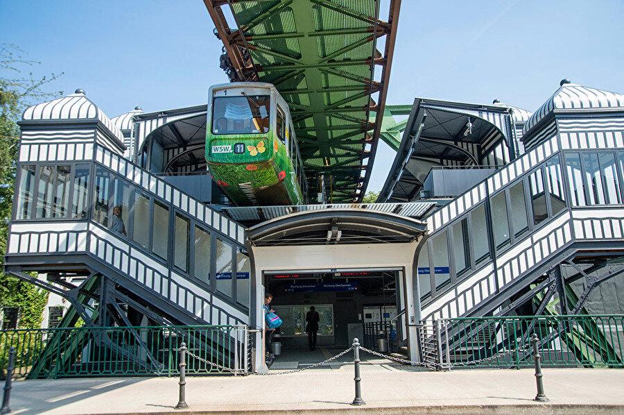 Art Nouveau şeklinde tasarlanan Werther Brücke tren istasyonu.