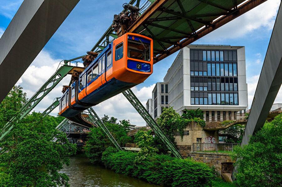 Wuppertal Demir Yolu hattı ile şehrin çağdaş mimari ögeleri arasındaki ilişki.
