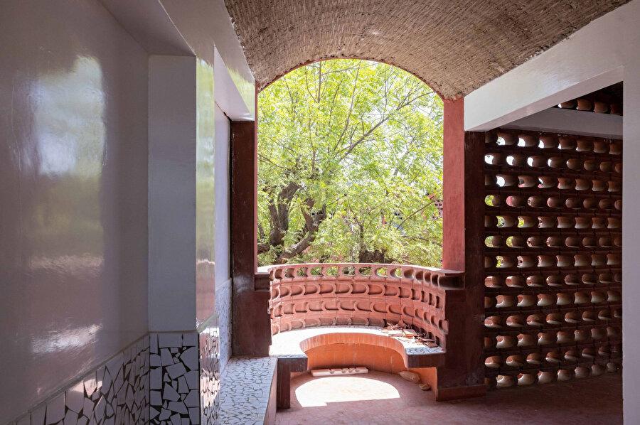 Balkon oturma düzeni yapının kavisli estetiğini devam ettiriyor.