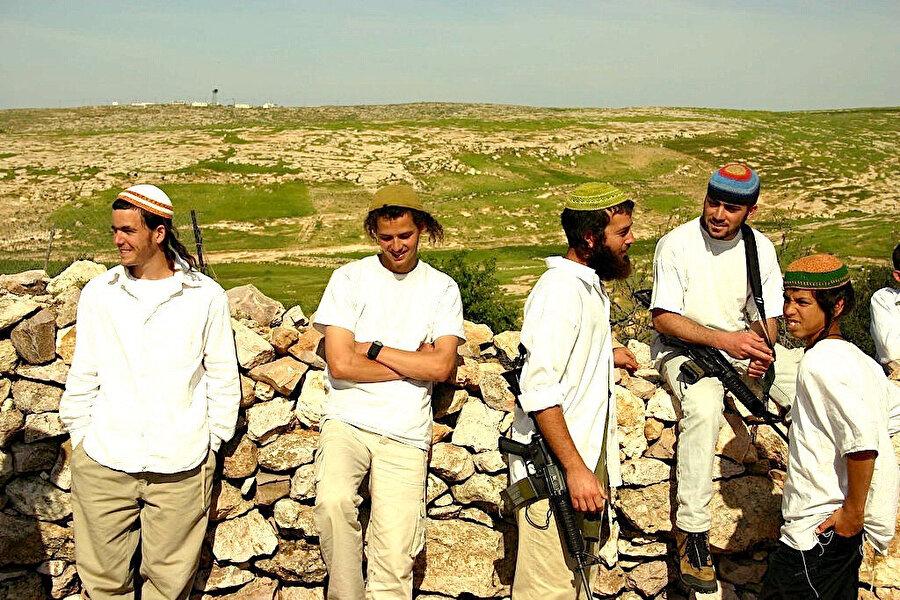 İşgal altındaki Batı Şeria, Yahudi yerleşimcilerin Filistinlilere ve aktivistlere yönelik giderek artan saldırılarına tanık oluyor. Ağır silahlar taşımaktan ve onları Filistinlilere karşı kullanmaktan çekinmeyen Yahudi yerleşimciler İsrail devleti tarafından sistematik bir şekilde korunuyor.