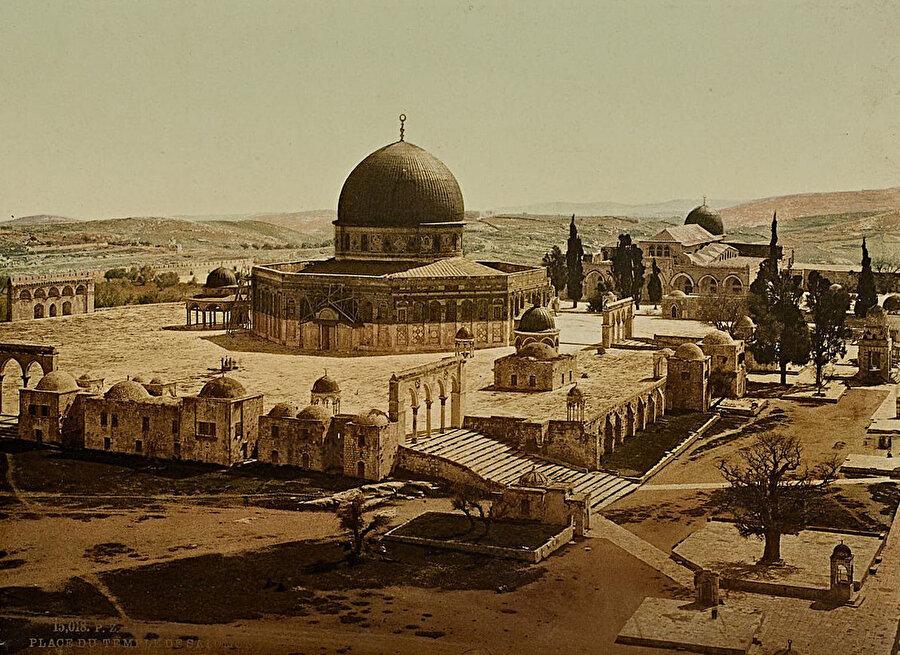 Mescid-i Aksa'nın kuzey tarafından çekilmiş bir fotoğraf. (İÜNEK, II. Abdülhamid Han Fotoğraf Albümleri)