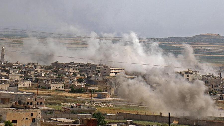 Rejim güçlerinin İdlib kırsalına düzenlediği saldırıların hemen ardından çekilen bir fotoğraf.