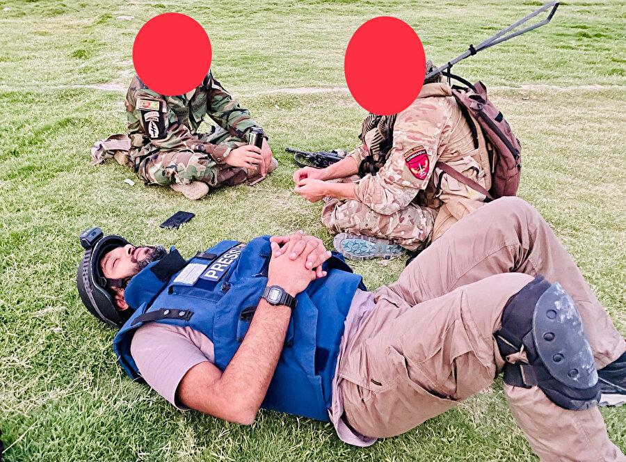 Foto muhabiri Daniş Sıddiki, Afganistan'da sahada görev yaptığı sırada dinlenirken.