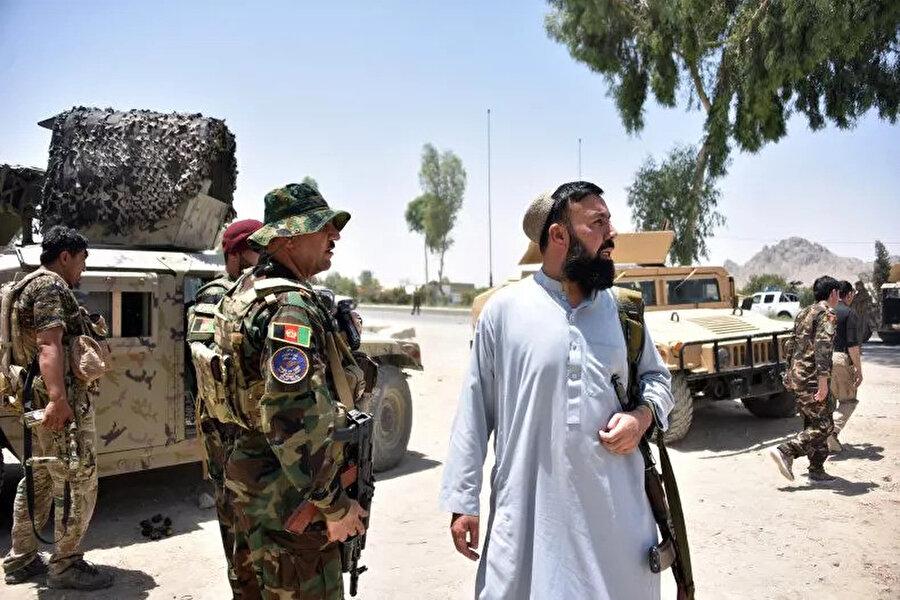 Kandahar'da yol kenarında güvenlik kontrol noktası oluşturan Afgan güvenlik güçleri.
