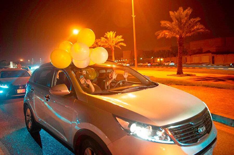 Kadınların araba kullanması yasağının kaldırılmasını kutlayan Suudi Arabistanlı kadınlar.