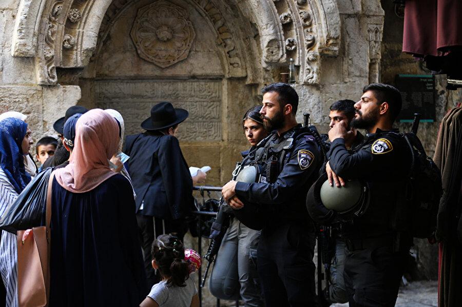 İsrail polisi mescidin kapılarını Müslümanlara kapattığı ve içeri girmek isteyen Filistinlilere sert müdahalelerde bulundu.