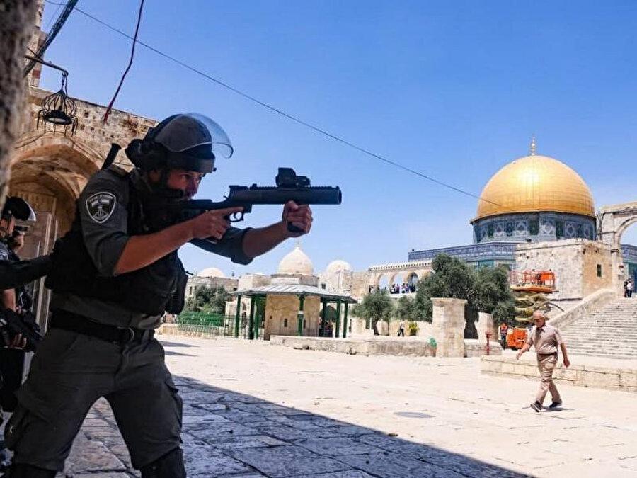 Mescidi fanatik Yahudilerin ayinleri iin boşaltmaya çalışan İsrail güçleri kendilerine direnen Filistinlileri gaz bombaları ve plastik mermilerle hedef aldı.