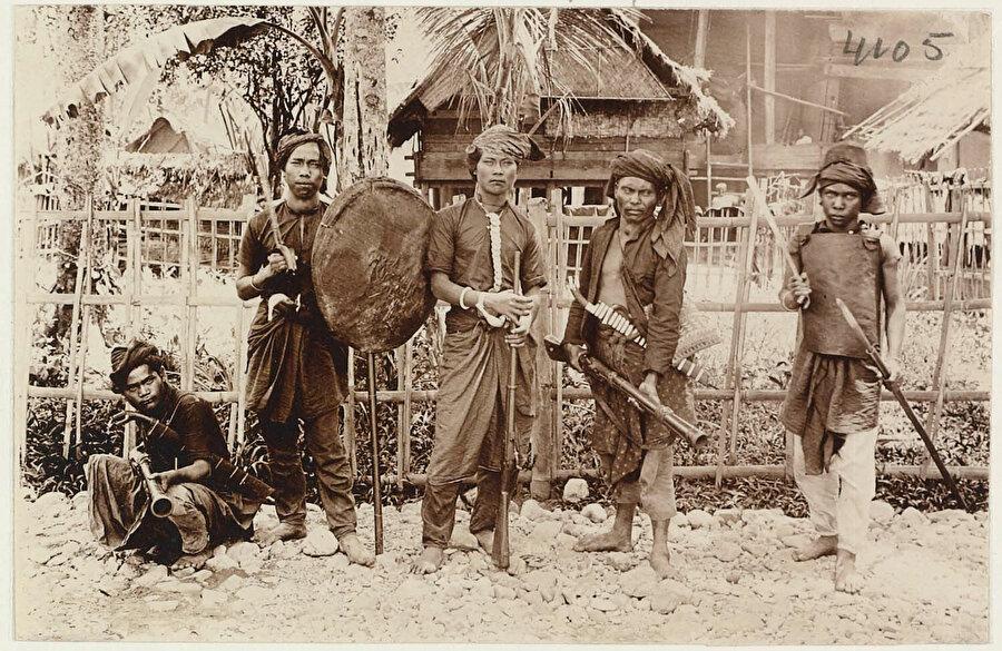 Açe Savaşı'nda Hollandalılara karşı direnen Açeliler.
