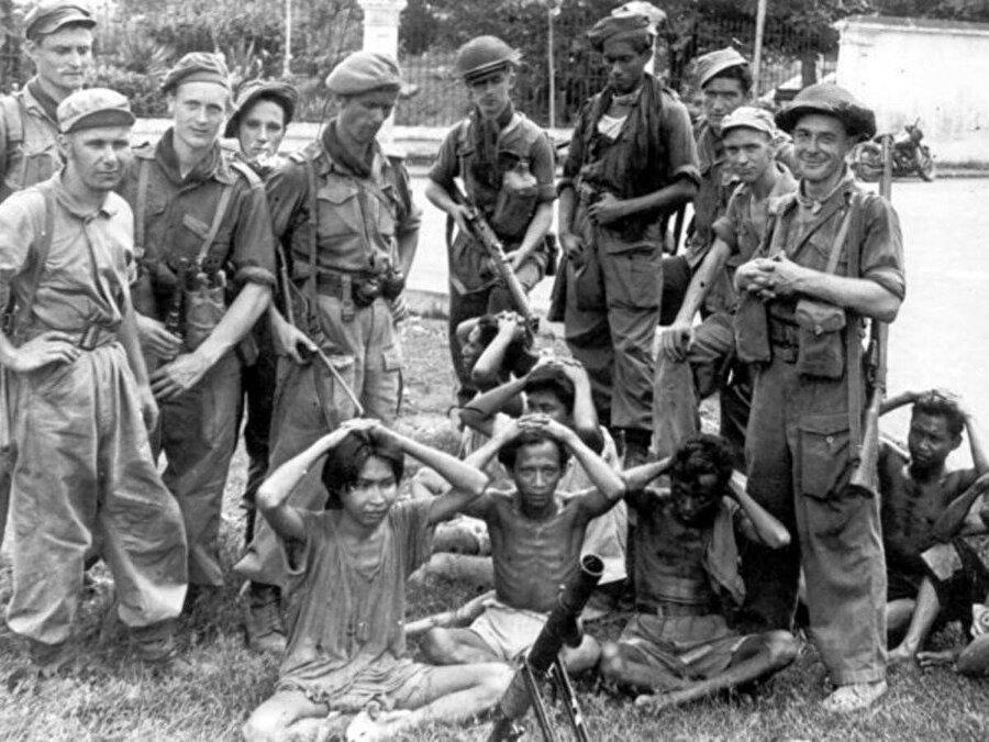 1945 yılında başlayan Endonezya Bağımsızlık Savaşı'nda İngilizlerce esir alınan Endonezyalıları gösteren bir fotoğraf.