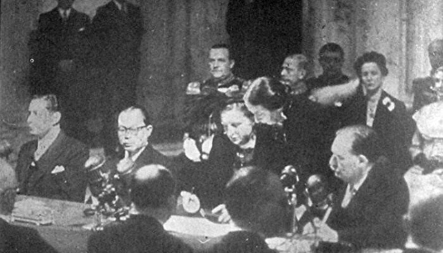 Hollanda Kraliçesi Juliana yönetimi Endonezya'ya devretme anlaşmasını imzalarken (27 Aralık 1949).