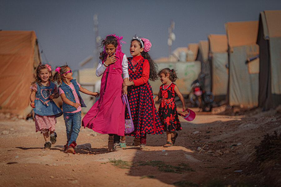 Kamplardaki çocuklar ise büyüklerine nazaran bayramı daha çok sevinçle karşıladı.