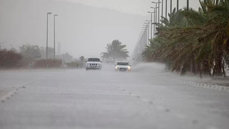 Yağan yağmurda araçlar ilerlemekte zorlandı